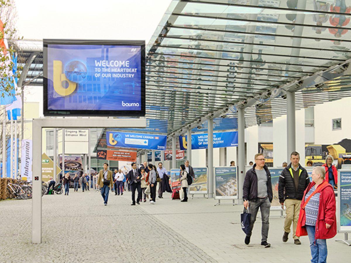 City Light Poster XXL zwischen U-Bahn und Eingang West