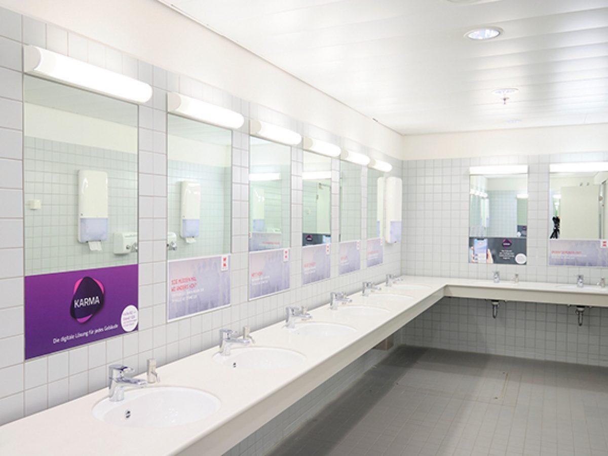 Spiegel-Aufkleber, Toiletten in den Hallen